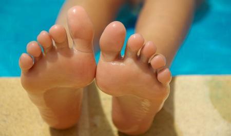 Fina fötter med ett fotbad