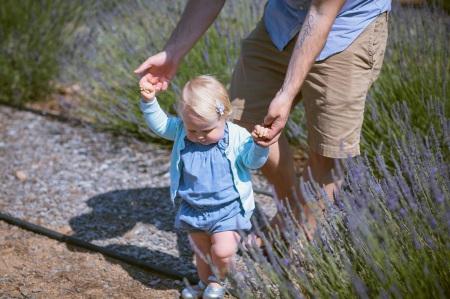 Barn lär sig gå