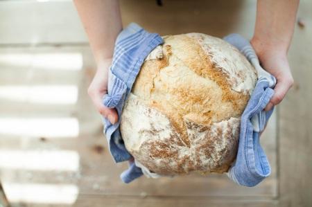 Nybakat bröd i bakmaskin