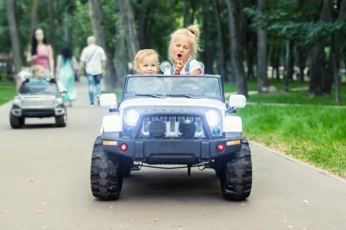 Låt ditt barn kan åka runt i sin lilla tuffa elbil och ha roligt
