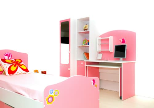 Inred barnrummet med en mysig säng för barnet att sova i