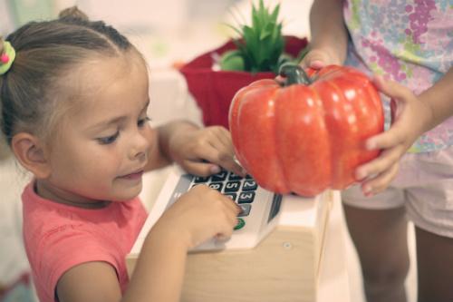 Köpa butiksutrustning för barn att leka med