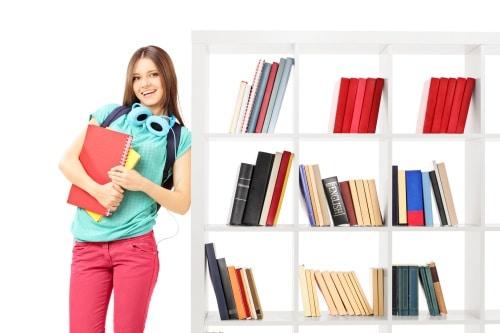 Dela av barnens rum med en bokhylla
