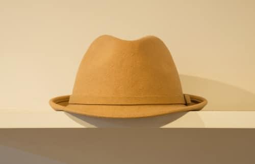 Lägg hatten på hatthyllan.