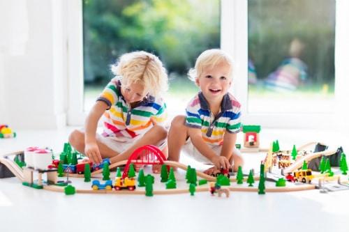 Leksakståg och tågbanor för de minsta