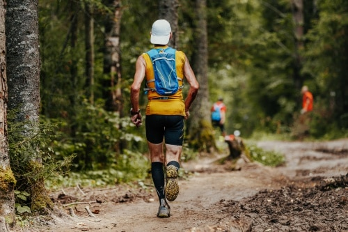 Vad skiljer en löparryggsäck från en vanlig ryggsäck?