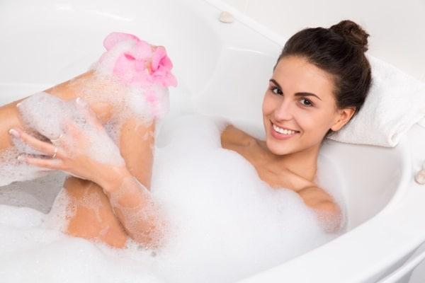 Bada i badkar och låt dina muskler slappna av.