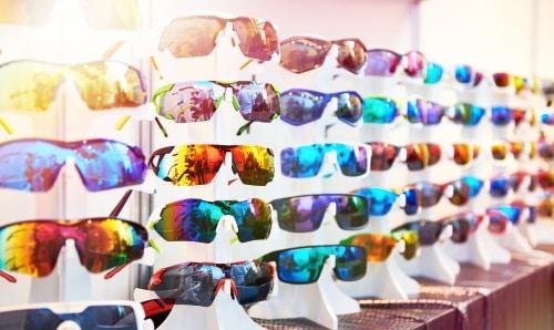 Glasögon som dämpar ljuset under soliga dagar