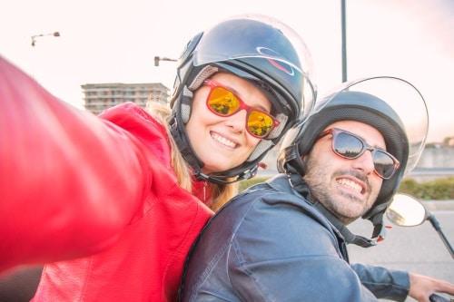 Lag på att ha hjälm när du kör moped.