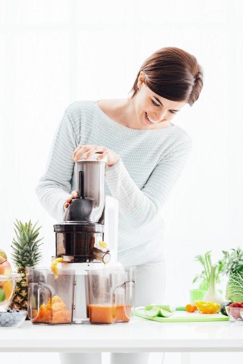 Göra juice av färska frukter med hjälp av en Råsaftcentrifug