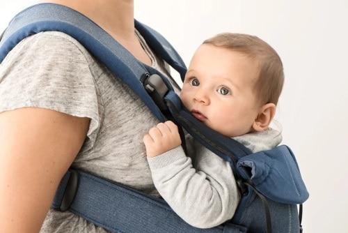 Du kan bära ditt barn inåtvänt eller framåtvänt.