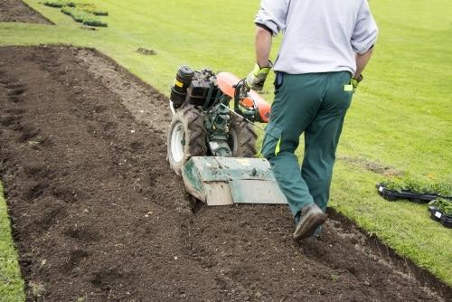 Att anlägga en gräsmatta med hjälp av en jordfräs.