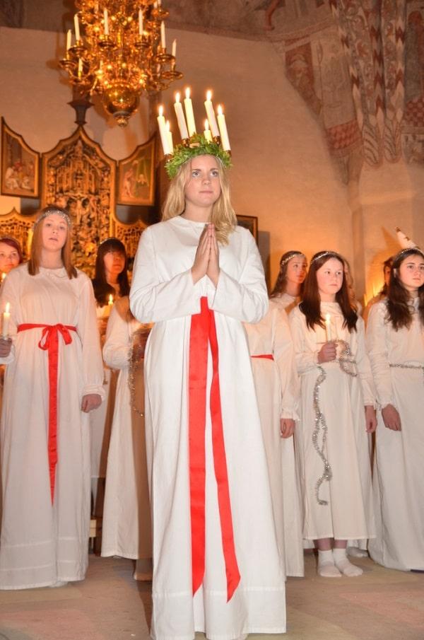 Den 13 december är Luciadagen då firar vi med luciatåg, sjunger omtyckta julsånger och äter lussekatter.