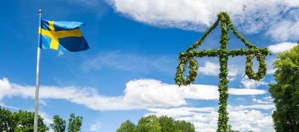 Midsommar i Sverige - då firar man genom att dansa runt midsommarstången. Äta sill och färskpotatis.