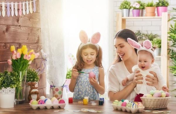 Att måla ägg tillsammans är en fin påsktradition.