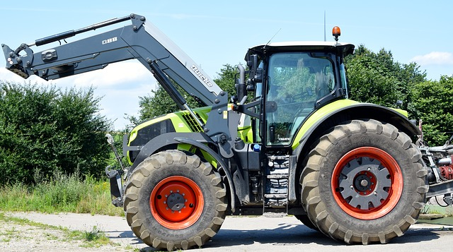 traktor som jobbar med markanläggning