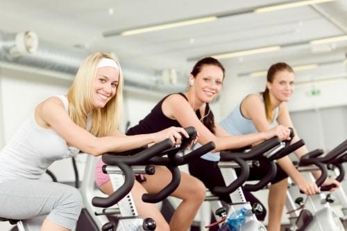 Tränar med motionscykel.