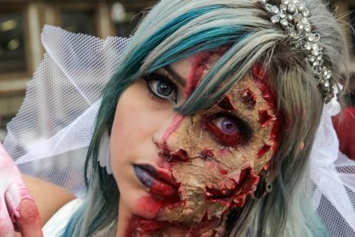 Kläut och sminka sig till en zombie.