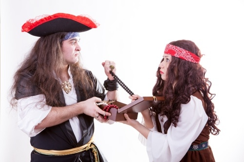 Klä ut dig till pirat på maskeradfesten.