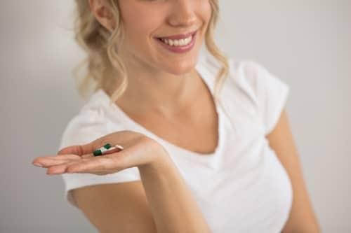 Hårtillskott kan stärka håret och se till att det blir mindre skört, tillföra näring till hårets rötter.
