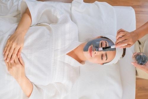 En lermask har en förmåga att öppna upp porer som täppts igen och få bukt med orenheter i huden.