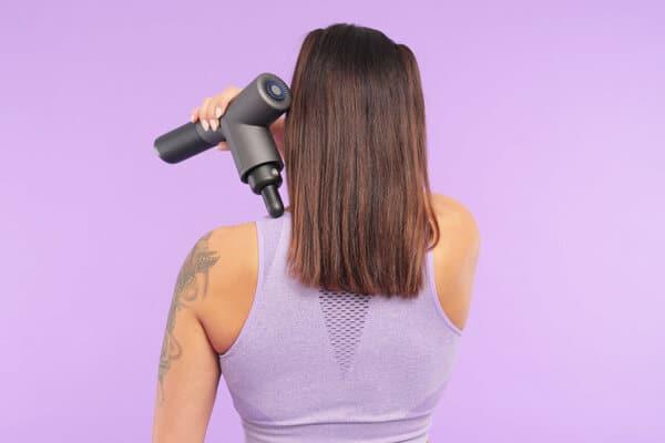Ta hjälp av en massagepistol mot ömma muskler