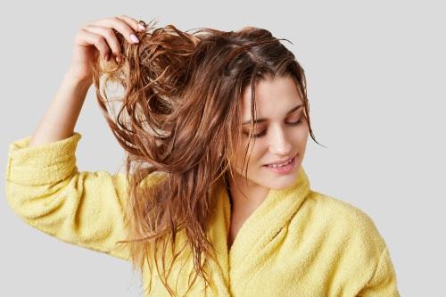 Därför blir håret fett och så kan det hanteras