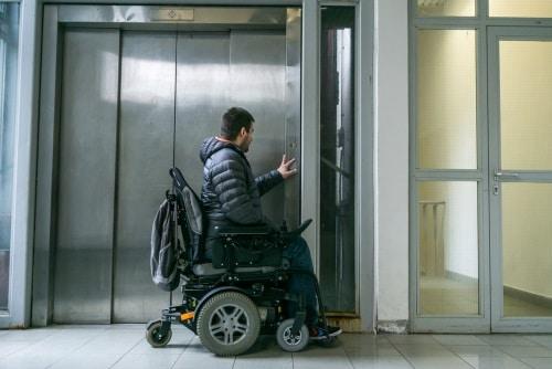 Skillnaden mellan en elrullstol och en manuell rullstol
