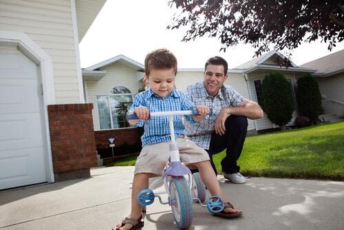 Bra att hamed en vuxen i sällskap när man ska lära sig cykla.