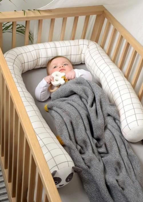 sovorm till baby att använda som spjälskydd.