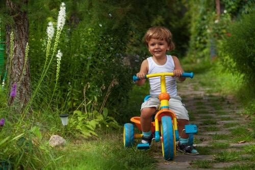 Många roliga lekar väntar för den som har en trehjuling att leka med.