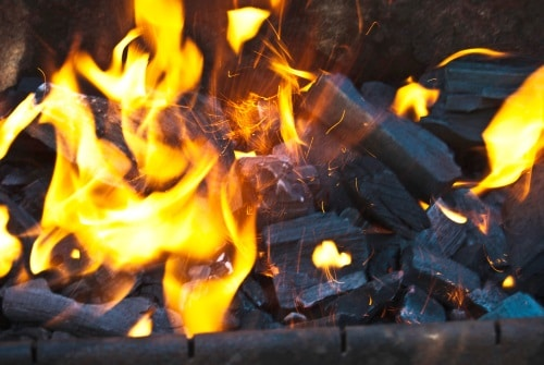 Med en praktisk eldkorg kan du njuta av öppen eld