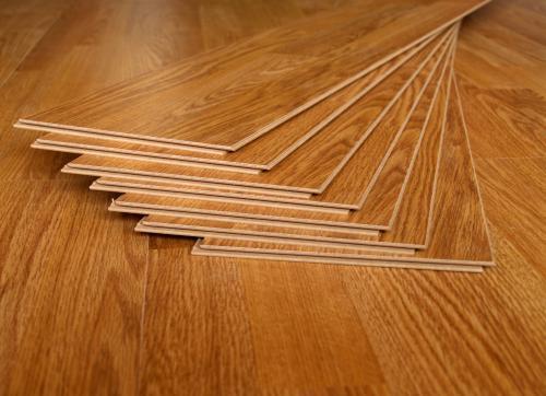 Laminaten till golvet byggs upp av flera olika skikt.